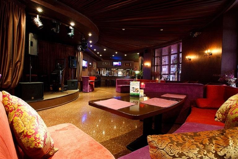 Сцена Karaoke Bar