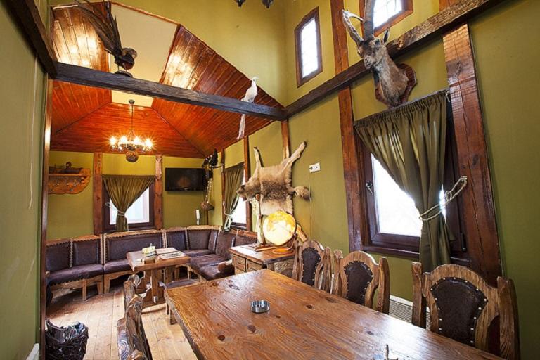 Стол в охотничьем домике