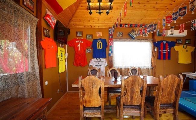 Стол в спортивном домике