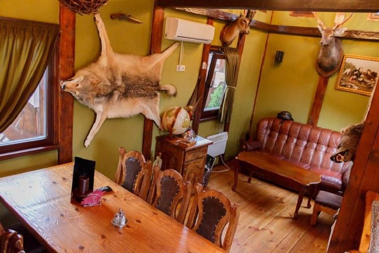 Волчья шкура в охотничьем домике