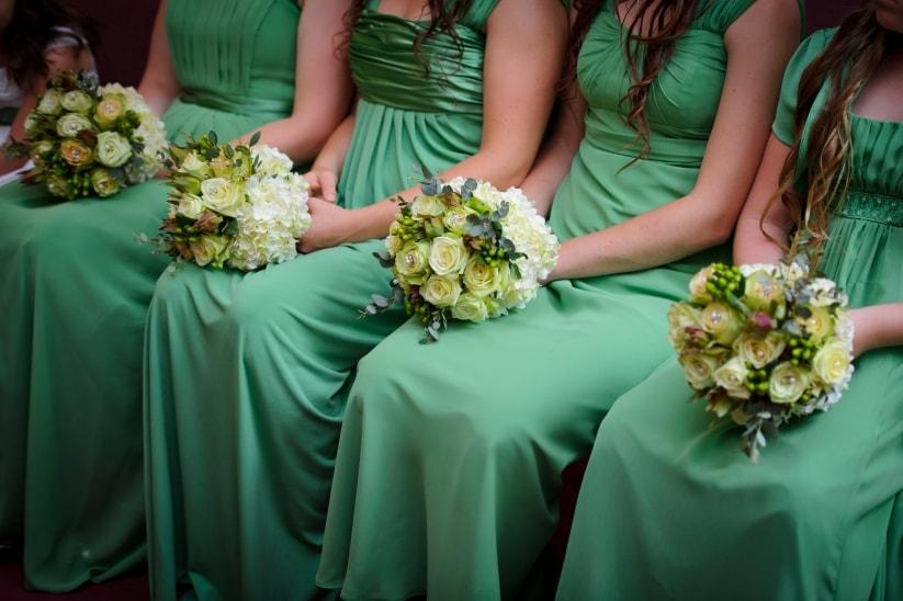 Подружки невесты на свадьбе в зеленых тонах
